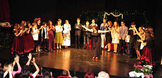 Genç Tiyatrocular 'Lüküs Hayat'ı Sahneledi